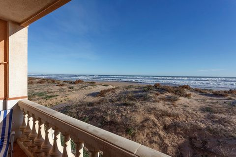 Fantastic apartment, for 4 people, in the very first line of the sea of Xeraco, a very quiet area near Gandía. The terrace becomes the perfect place to enjoy this privileged area. Equipped with a dining table and chairs as well as two sun loungers, i...