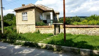 The property consists of 2-storey brick-built house with total living area of 146 sq.m., farm buildings and a good-sized plot of land spreading over 1380 sq.m. It is located at the center of the village and the neighborhood is good. Each floor consis...