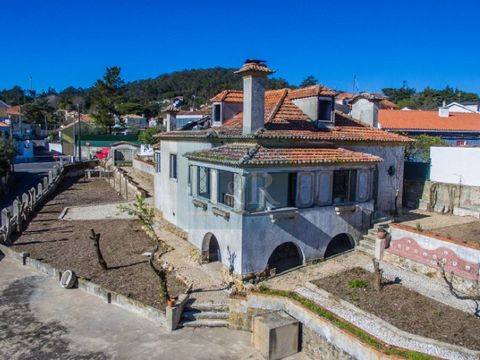 6-bedroom manor house for sale in Vale de Lobos, for total rehabilitation, inserted in a land with 1265 m2 located 10 minutes from the town of Sintra. With two entrances with access through two different streets and only faced by the east side by a h...