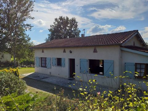 This pretty single storey house is quietly located in a beautiful green environment and a short distance from all the amenities of Moissac. It includes an entrance, a living room / lounge with fireplace / fitted kitchen for 42m2, this room opens onto...