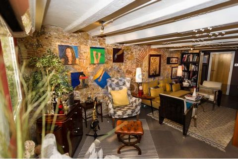 Large premises for sale, with built-in LOFT type housing 200 meters from Mercat de Sant Antoni, an emblematic landmark in Barcelona. It has a local to the street with an automatic shutter of 50 meters, with a full bathroom, interior patio and place f...