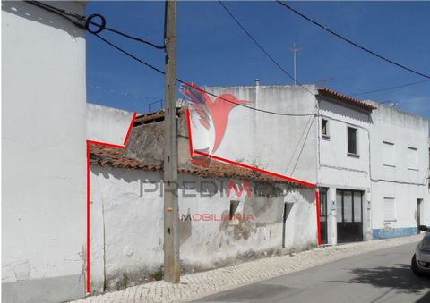 In the friendly village of Torrão - Alentejo, there is a centenary house of R / c waiting to be recovered: House with Alentejo fireplace / floor and still with entrance by two streets, villa with a great potential, since you can take advantage of the...