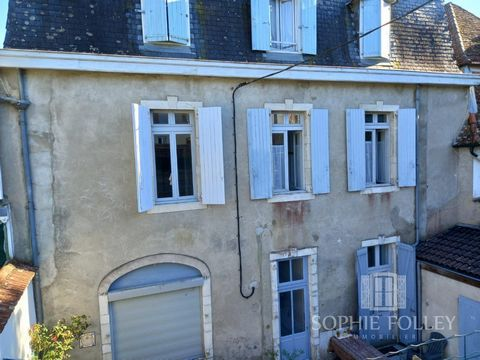 This luminous apartment, on the first floor of a typical Salies-de-Béarn building, is close to shops and the center of this beautiful thermal spa town. In perfect condition, it offers a large living room, separate kitchen, two bedrooms with storage s...