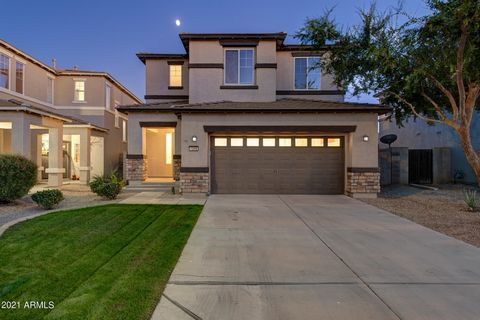 Beautifully updated 3 bedroom/2.5 bathroom home in the desirable community of Spectrum in Gilbert! Walking in to the great room, you will immediately notice the high ceilings, natural light throughout, cozy fireplace, NEW vinyl flooring, NEW paint, N...