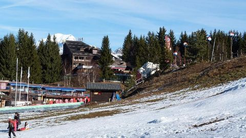 The Residence Les Tournavelles, with lift, is in the Villards area of Les Arcs 1800. The ski slopes are right next to the residence and the Chantal and Vagère chair lifts are just a short walk away. The ski school and the shops are 50 m from the resi...