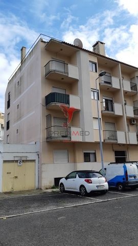 Excellent 3 bedroom apartment located in Aguas Livres - Buraca, next to the new health center built this year. The street was all renovated, walks, bike path and road. Property of 1993, is sold with this apartment an exterior box side to the building...