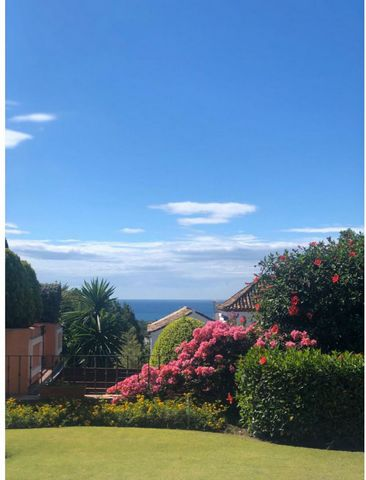 This cozy villa with sea views in the established El Paraíso community in Estepona is approx. 10 min. by car from Puerto Banús and 15 min. from Marbella. The nearest beach, supermarkets and golf course are less than 5 min by car. The south-facing vil...