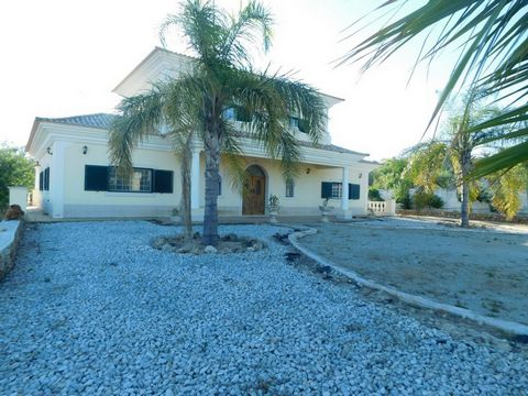 Located in Tôr. Fabulous 6 bedroom Villa excellently located in a quiet area in the center of Tôr Village, 2 km from the glof of Ombria and 9 km of Loulé: In this region the nature is fabulous. When you open the gate, you discover a private garden wi...