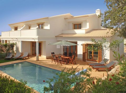 Located in Vila do Bispo. This airy, semi-detached three bedroom villa is in a tranquil, elevated position with its own heated pool. The double-height entrance hall leads on one side to the kitchen and dining areas, and on the other side to the south...