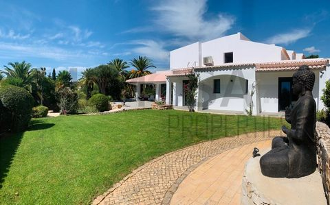 A completely high-standard-quality renovated 5 bedroom villa in quiet urbanization with a swimming pool, garden, and garage. 10 minutes from several beaches and golf courses. The ground floor area consists of an entrance hall, 2 en-suite bedrooms, 2 ...
