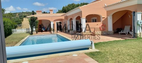 Spacious villa with pool in Praia da Luz. Comprising a large living room with fireplace and separate dining area, large equipped kitchen, four bedrooms with fitted wardrobes and four bathrooms, two en-suite and with hydromassage bath. Large area of l...