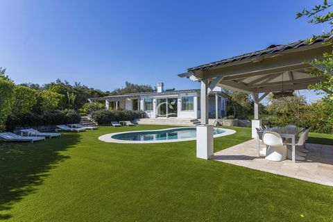 This secluded real estate jewel is in a sunny and quiet location, embedded in the nature of the surrounding landscape of Loulé. With a lot of effort and attention to detail, tradition and zeitgeist have been harmoniously combined and the unique inter...