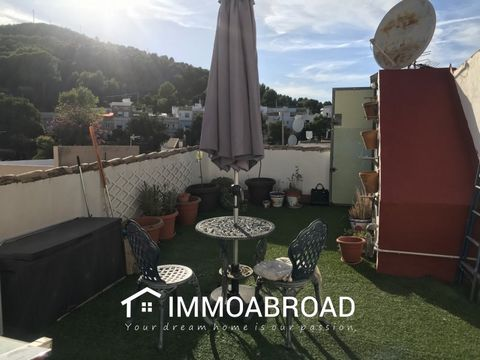 Beautiful opportunity to purchase your very own charming and bright town house in Oliva. Located just up from the sought after