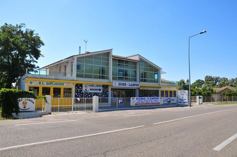 sell commercial building with flat t4 or offices, montelimar 26 DROME Local ground floor 230m2 with showcase, show-rom 110 m2 storage 120 m2 (axis very passing) air-conditioned and secure floor offices or apartment t4, 110 m2 + terraces 100 m2 underf...