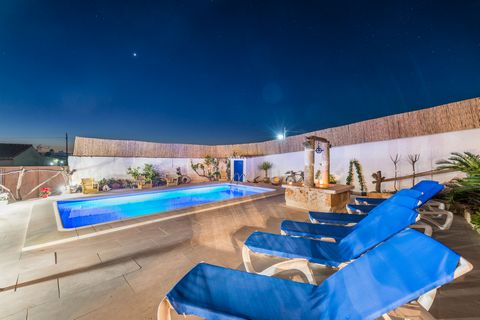 Precious house in Lloret de Vistalegre, with a private chlorine pool and a special touch which will leave you flabbergasted! It welcomes up to 4-6 persons. The outside area is as beautiful as it is special, with a characteristically Balearic touch, l...