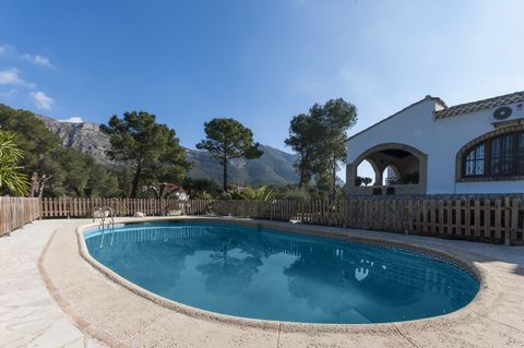 Surrounded by mountains, this fantastic house with private pool welcomes 9 guests in the residential area of La Drova. Swimming in the pool will be a delight together with the amazing views over the forest and the mountains. It sizes 10 x 5 metres an...