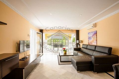 Fantastic family villa in vendita in Costa Adeje. It consists of 3 double rooms, 1 bathroom and 1 toilet, large living room with dining room, fully-equipped kitchen, large private terrace with dining room, barbecue and private garden. Private pool an...