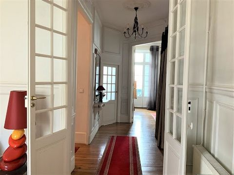 APARTMENT WITH ELEVATOR AND GARAGE VICHY The RESIDENCE Agency presents for sale this charming Haussmann apartment, spacious, with elevator. Very nice volumes and brightness. 2 steps from the city center, the Napoleon III Parks and the Quays of Allier...