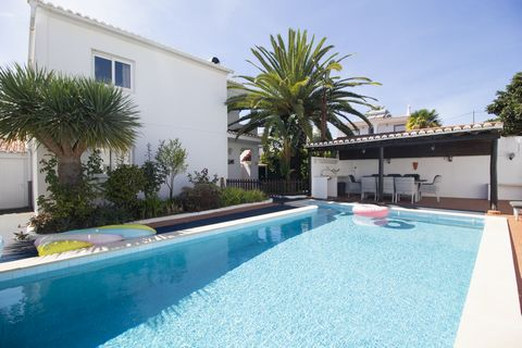 This property offers a lovely ambience and spacious accommodation divided by two levels, plus a large and heated swimming pool. The location is ideal, as it is in a quiet residential area near the beaches of Luz and Burgau and the historic town of La...