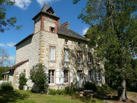 Cette grande maison de maître avec grande grange aménagée est située dans une campagne idyllique entre Figeac et Villeneuve d'Aveyron avec une vue panoramique et sans voisins proches. La maison, avec deux pigeonniers, offre 360m² habitables sur trois...