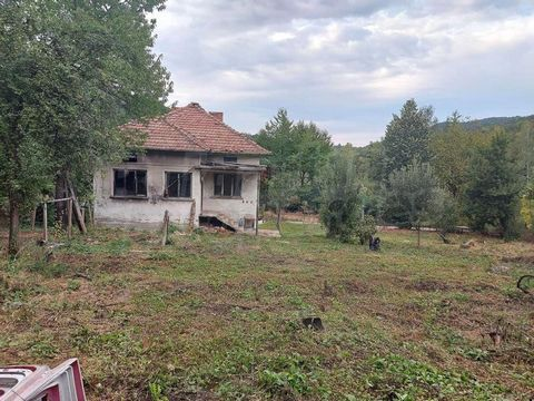 For more information call us on ... or 062 520 289 and quote the property reference number: VT 77330. Responsible broker: Simeon Karapenchev Massive two-storey residential building with an outbuilding and a yard with an area of 1075 sq.m. The residen...