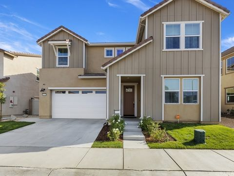 SOMMERS BEND ~ VIEW HOME!!! 4 BEDROOMS PLUS BONUS ROOM WITH 3.5 BATHS.SPACIOUS UPSTAIRS MASTER WITH VIEWS TO WINE COUNTRY. SATIN WHITE CABINETS, CUSTOM BACKSPLASH, QUARTZ COUNTERS,FIREPLACE IN GREAT ROOM. YOU WILL LOVE YOUR COVERED PATIO AND LOW MANT...