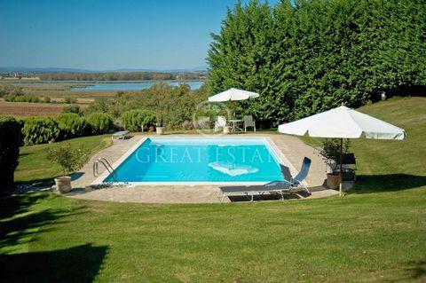 Vendesi elegante villa di 650 mq a Castiglione del Lago, Umbria, per un totale di 6 camere da letto, 6 bagni, un annesso di 130 mq, 12 ha di terreno con ampio parco ed una splendida piscina. Questa elegante villa di 650 mq si trova nelle splendide ca...