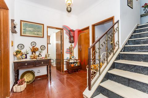 Excellent house of r / c and 1st floor of 7 rooms, with very generous areas and ready to live, it also has a large attic running from all over the house where you can make rooms, library, games room etc. also has an excellent patio with fixed table w...