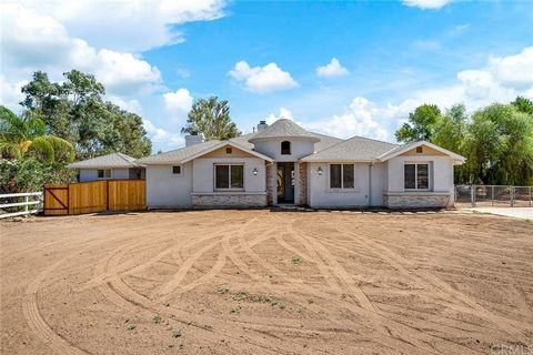 Beautiful CUSTOM home on an acre that has 3 bedrooms, PLUS a DEN, PLUS an office, PLUS a bonus (finished) outbuilding that would work for your home business, art studio or homeschool! Lots of options to convert this home into more bedrooms. When you ...