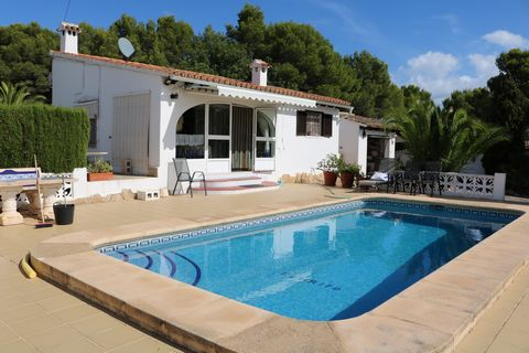 Villa in Moraira, in La Sabatera area, on a flat plot of 800 m2, with garden, walled. Nice sea views. Within 1.3 km from supermarket and 3 km from the village center and beaches. Quiet area. Private. The house has one level and consists of: glazed-in...