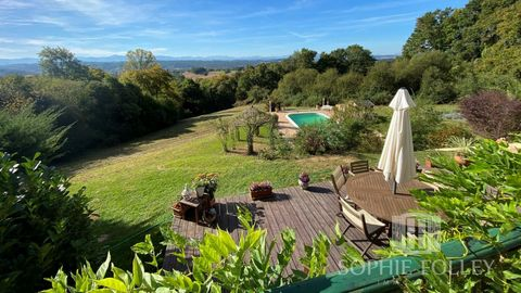 This attractive house, in excellent condition throughout, with 9370m² of land, swimming pool and panoramic mountain views, is ideally placed near the shops, bars and restaurants of the spa town of Salies de Béarn. Built in 1967, living accommodation ...