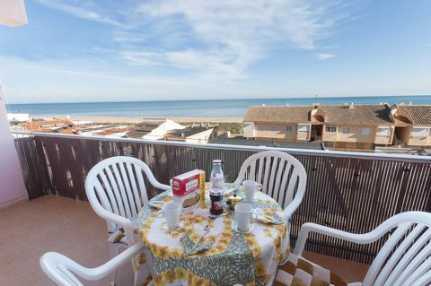 This nice sea view apartment in a quiet zone in Playa de Xeraco is just perfect for 6 people looking for beach holidays. Have a coffee on the small terrace and enjoy wonderful sea views. In the afternoon, have a nap on the sofa in the cosy sitting-di...