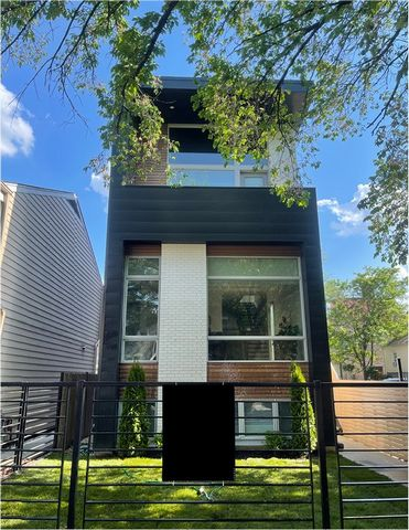 MASSIVE Newer construction STUNNER with 5 bedrooms 3.1 bathrooms, 2 car garage and full length roof top located on a very desirable block in West Bucktown. Modern, ALL BRICK 4200SF single family home that has natural light pouring in. Enter into the ...