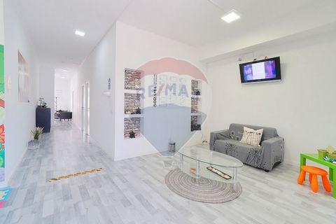 Descrição Loja/escritório com área total 94m² com uma varanda de 5,3m², com montra, luminosa e com extração de fumos e ainda conta com 2 casas de banho. Em excelente localização, em Massamá Norte com boas acessibilidades e de fácil estacionamento. Um...