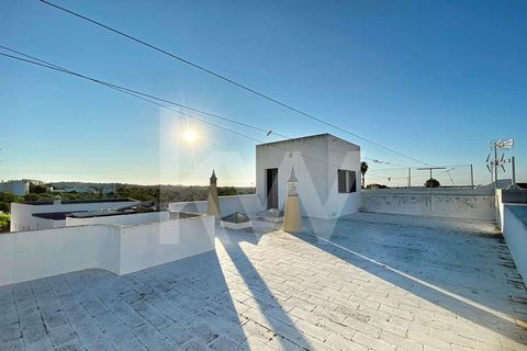 Two storey villa with 4+1 bedrooms, with huge potential for refurbishment to taste. It has east west sun exposure and has a roof terrace with a panoramic view and the sea in sight. Access is directly from the ground level via stairs to the first floo...