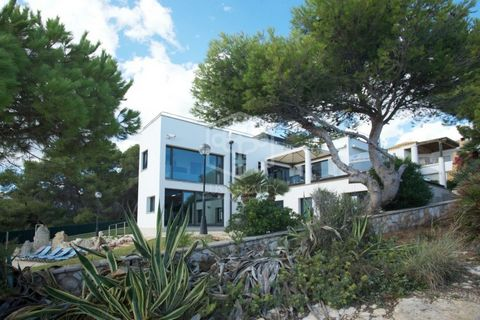 Sale of the sea-front modern villa in a quiet residential area of Torredembarra, Costa Dorada. Located in the suburbs of Tarragona, this luxurious villa is perfect for summer holidays or permanent residence. All commercial and transport infrastruct...