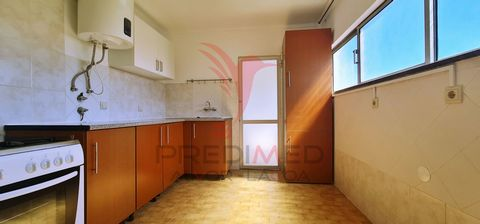 Apartment with plenty of Light between Portimão and Alvor Composed of: 3 bedrooms 2 fully refurbished toilet with poliban Kitchen equipped with water heater and stove 1 marquee ready for washing machine 2 floor without elevator Excellent opportunity!...