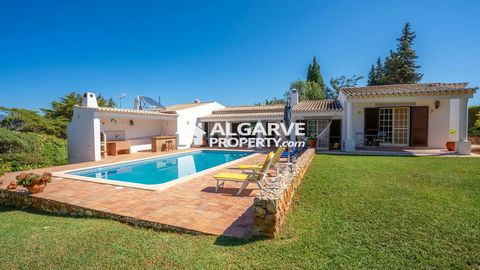 Located in Alvor. This fantastic 4 bedroom villa is located in a renowned residential urbanization, close to the beautiful beaches of Portimão, Alvor and Lagos. The construction has a high quality with a structure with seismic reinforcement, and is d...