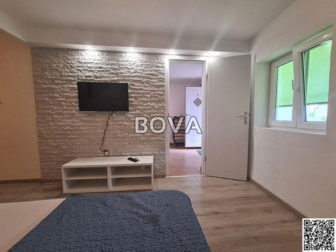 Vrsi three bedroom apartment on the ground floor with a covered terrace, OPPORTUNITY; is located in a building with a total of 3 residential units with a parking space; is located in the center of Vrsi, about 1 km from the nearest beach Duboka draga ...