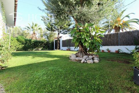Home Penthouse presents this fabulous home in the Can Macia Los Viñedos urbanization. The property has a fabulous layout. Privacy, private garden and parking. Los Viñedos has a magnificent community area.