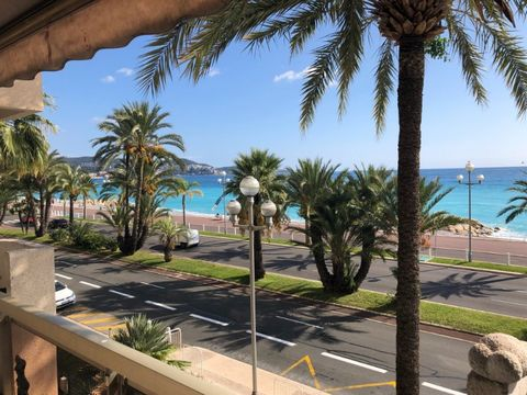 Favorite, Nice overlooking the Promenade des Anglais with terrace, this 93 m² apartment on the 1st floor a T3 comprising, 2 bedrooms with wardrobes, living room, fitted kitchen, 1 shower room and 2 toilets. Behind a spacious terrace of 65 m² with tre...