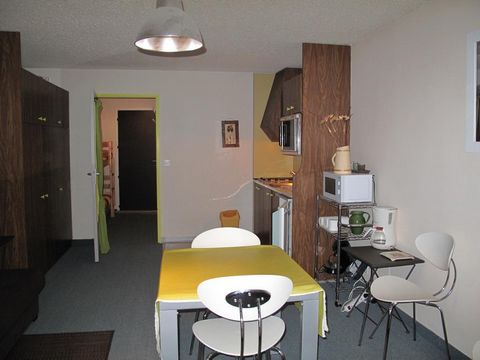 The residence Les Quatres Saisons is situated 50 m away from the village center of Correncon and 2 km from the ski slopes. The residence is nearby services with a bus stop in front fo the residence. Surface area : about 29 m². 1st floor. Orientation ...