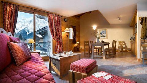 La résidence de charme CGH Le Hameau de Pierre Blanche**** aux Houches est située à deux pas du téléphérique de Prariond. Vous profiterez d'une vue imprenable sur le Mont-Blanc et les aiguilles de Chamonix. Ce joli complexe offre 40 appartements chal...