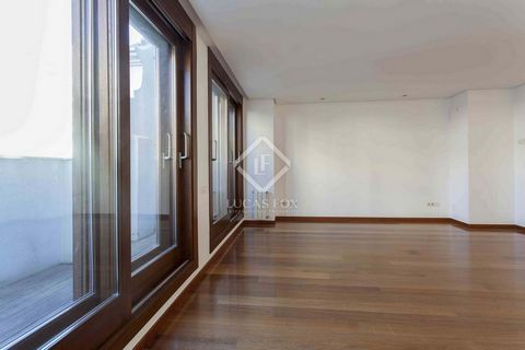 This spacious and bright apartment is located in the centre of Valencia, on Calle Colón, the city's main shopping street. The apartment is renovated, in excellent condition, with a distribution that clearly differentiates the day and night areas. We ...
