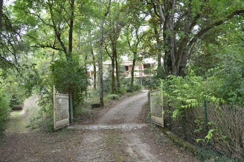15km north of Angouleme ... Perch between the woods, in a surprising and magnificent setting, house on 2 levels with mezzanine with a total living area of 165m2 with 35m2 of convertible attic and a very large basement (122 m2) . All on a property of ...