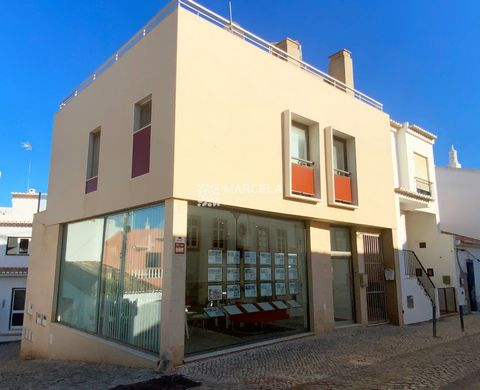 Located in Lagos. Unique business opportunity in Praia da Luz. Commercial space located on the main street of Praia da Luz and with excellent exposure. The space consists of 2 large rooms and is divided by ground floor and basement. On the ground flo...
