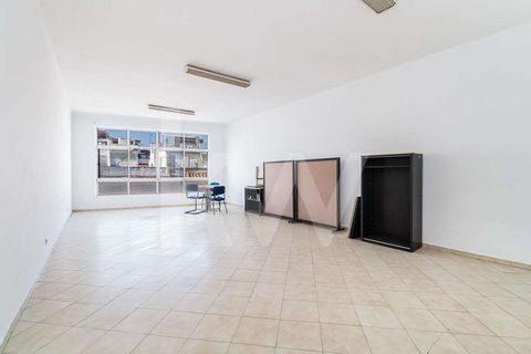 Space is wide with plenty of natural light. This space is ideal for an office or Atelier. Composed of a living room and bathroom. Close to commerce and services Mark your visit ! Do not miss this opportunity.