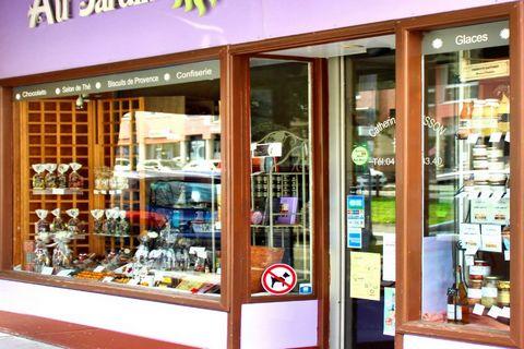 Au cœur de St Etienne, emplacement idéal et passager (Axe fréquenté sur la voie des tramways, place commercialement dynamique), fond de commerce en négoce de confiserie, chocolats, biscuits et épicerie au sein d'un local en location avec grande vitri...