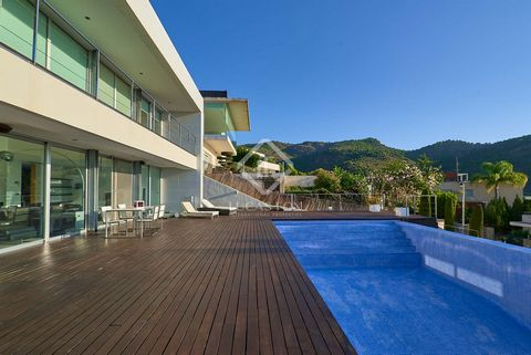 Villa for rent with panoramic views in a unique environment, at the foot of the Sierra Calderona natural park, with the tranquillity and services of the Los Monasterios development. This home is offered for long-term, unfurnished rental. The house is...