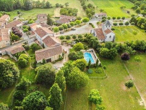 Set in a prime location this charming stone country residence comprises 6 beds and 4 bedroom gîte. The estate boasts complete equestrian facilities, being set in grounds of 14000 m²; pool, a large stone barn, covered terrace, workshop, stable block. ...